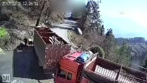 面包车山路狂飙,漂移失控坠山崖,当场悲剧了!