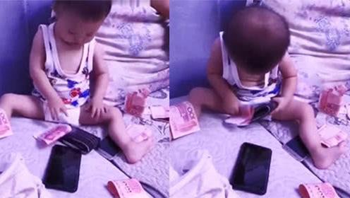 宝宝第一次发现钱包,接下来的反应太可爱了