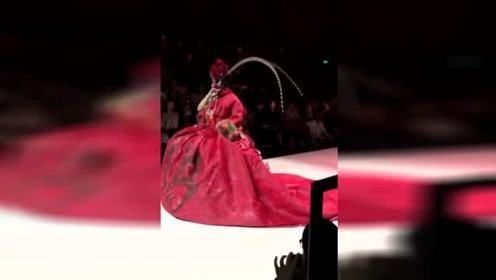 陈志朋戏妆大红裙亮相武汉时装周 反串穆桂英惊艳全场