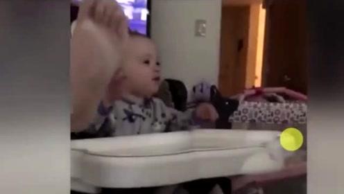 小宝宝很嫌弃爸爸的臭脚丫,简直要被熏晕了