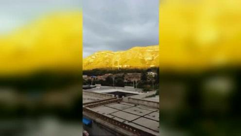 太行山现日照金山奇观 山体似镶金