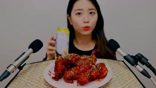 韩国美女吃自制炸鸡,咬一口脆脆的嚼声,光听着声音就想吃