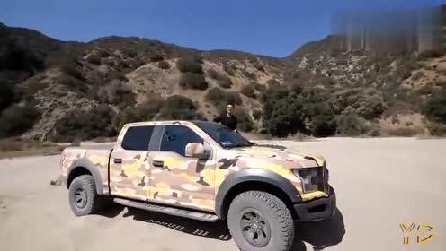 福特猛禽陷入了沙坑,车主一点都不着急,一脚油门后轻松解决