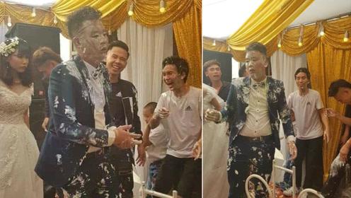 他们给新郎带来一个结婚蛋糕 可新郎却一脸生无可恋