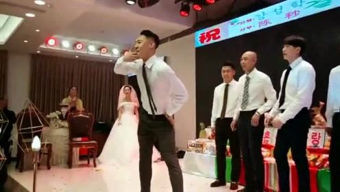 这真是亲朋友,兄弟结婚你们几个也太激动了吧,形象都不要了啊!