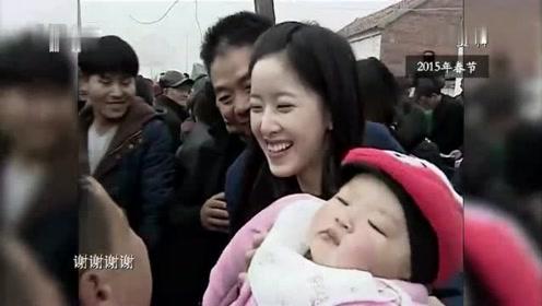 刘强东带奶茶妹回老家,给老人们发钱,点烟,村里人都说他好