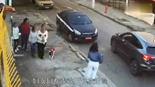几个女子街边聊天,突然发现不对劲,她们的反应让人无语了