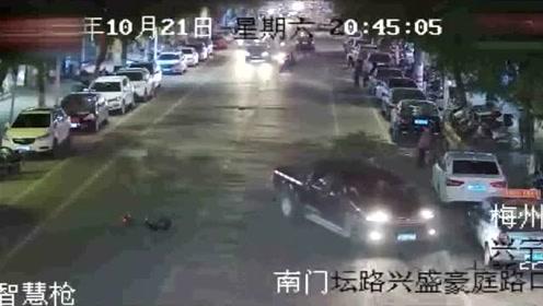 一男子醉驾连撞十车肇事逃跑,跑最后说太困了熄火被交警当场擒获