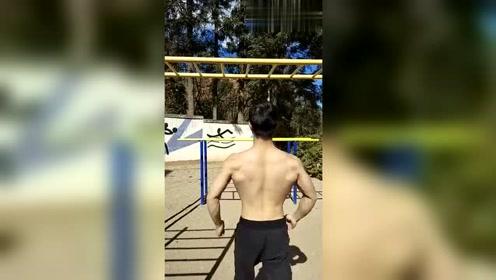 最近这个健身教练火了,锻炼臂力还顺便跳太空步,你能做到吗?