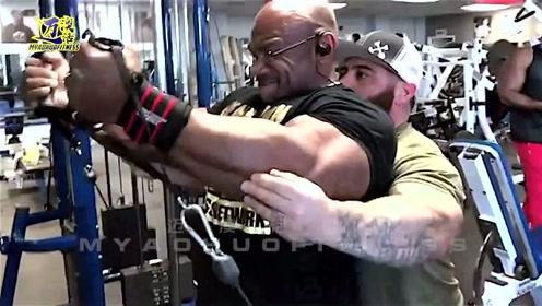 这是刀锋迪克斯的克隆版吗?他的肌肉量也是同样大,你喜欢哪位呢?
