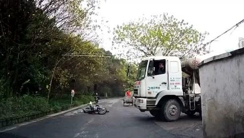 小伙骑摩托车经过十字路口不减速,正好冲出一辆大卡车,悲剧了!