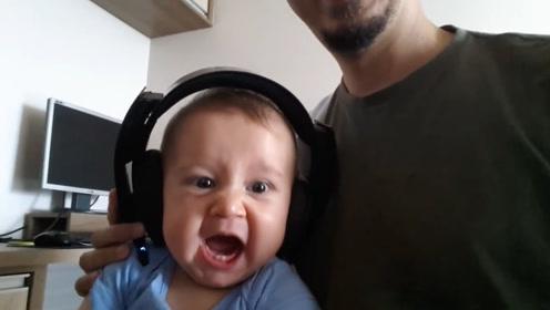 爸爸给宝宝戴上耳机听摇滚音乐,接下来宝宝的表情太可爱了