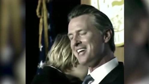 州长就职演说小儿子意外登台 口含奶嘴头靠父亲肩膀亲昵感十足
