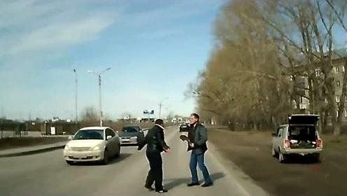 两男子马路边发生冲突,一男子铁锹差点被抢,戏剧反转!