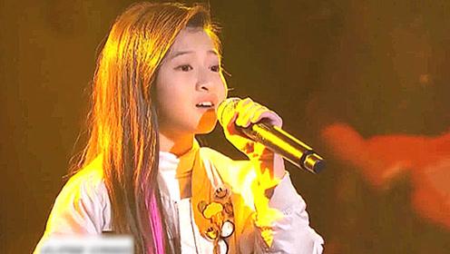 13岁泰国小女孩胆子太大了,现场挑战邓紫棋的歌,Rap一出全场惊艳!