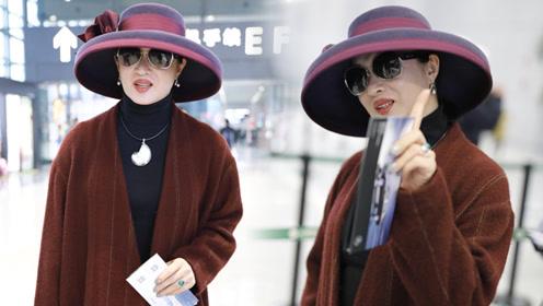 金星戴礼帽现身机场大秀名媛风 对镜头摆招牌动作气场十足
