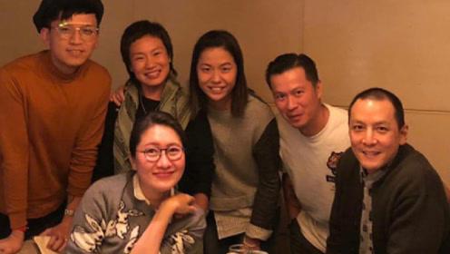 吴彦祖晒与家人朋友的合照,男神的发际线堪忧