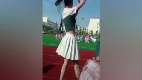 幼儿园开学典礼萌娃表演,没想到领舞的老师竟然火了!