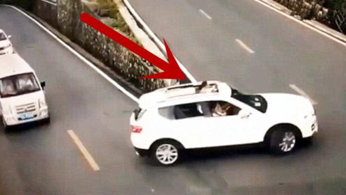 小孩子将头伸出天窗看风景,突然发现不对,眼睁睁看着车翻了