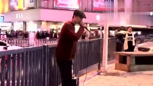 湖南长沙小哥街头翻唱薛之谦《刚刚好》路人听到哭了
