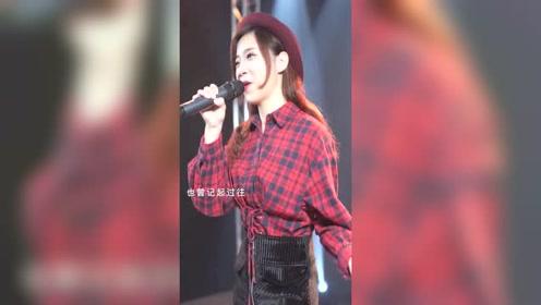 美女唱粤语歌曲,认真的样子太漂亮了