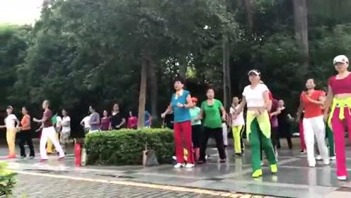 现在跳广场舞的都这么漂亮吗,是时候加入她们了!