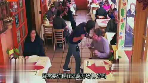 搞笑恶作剧:一群人在餐厅里扭打成一片,吓坏旁边用餐的人