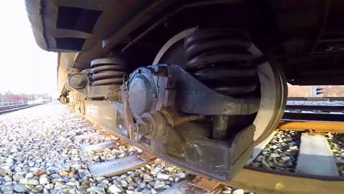 火车下面的弹簧是干什么用的 小伙在车底放了个摄影机