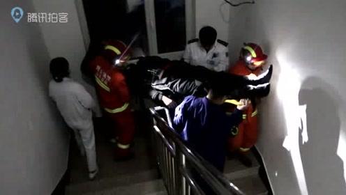 """男子2米高阁楼坠落昏迷 消防群众合力搭""""救生梯""""紧急施救"""