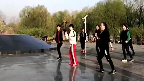 众人齐跳广场鬼步舞《一晃就老了》舞步灵动飘逸,音乐好听 !