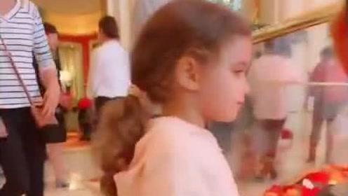 偶然看到的小萝莉,这精致的容颜,网友:好像坠入人间的小天使