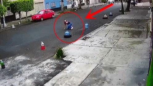 看着都疼,女子被轿车拖行脸先着地,监控拍下全过程!