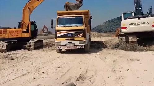 有意思,两台挖掘机同时装一辆翻斗车,这样干活不怕擦碰?