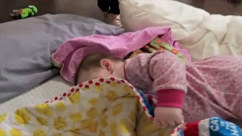 小宝宝被小被子盖住了头,妈妈一掀开被子后,宝宝的反应太可爱了