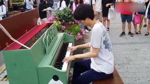 小伙站在路边没人理,一弹起钢琴,场面瞬间火爆了起来!