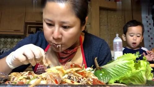 泰国吃播大妈带着可爱的小儿子,吃得太香太馋人了