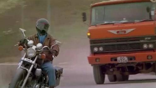 警察骑着摩托却堵拦大货车,罪犯还敢下来理论,结果直接被抓走!