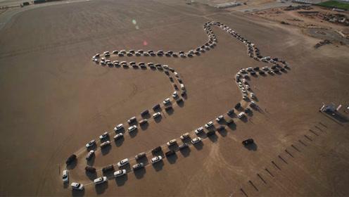 日产途乐迪拜沙漠秀操作,180辆汽车同时起舞创纪录,这么会玩?
