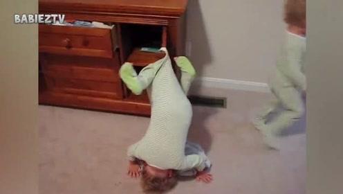 宝宝头朝下挂在了门上!就留着开裆裤挂在门上,哈哈哈太好笑了