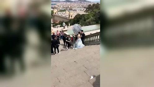 网友巴塞罗那偶遇杜海涛沈梦辰,婚纱照拍摄现场视频曝光