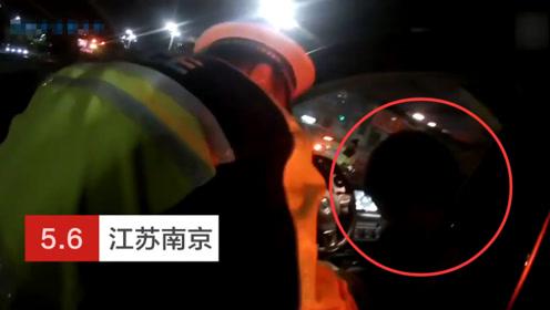 男子醉酒驾驶小车等红灯昏睡过去 交警怎么喊都喊不醒