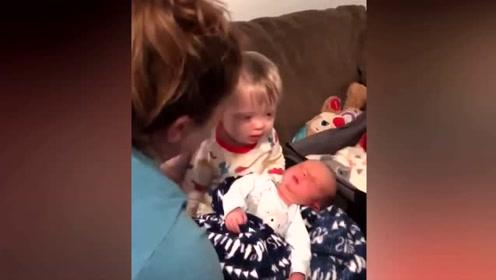 暖心时刻:患有唐氏综合征的宝宝第一次亲吻新生弟弟