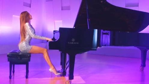 外国美女竟这样弹钢琴,美腿一伸脚尖一点,这谁能顶得住啊?