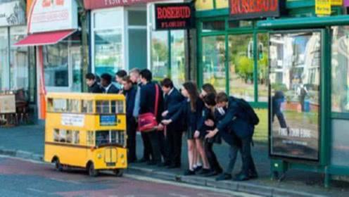 世界最小公交车,用垃圾堆费原料制成,有些人排队到晚上都坐不上