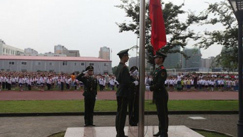 日本船员脚踢中国旗台还耍横,解放军一动作回应,实在太解气!