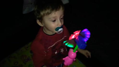 2岁宝宝生日收礼物,见到礼物后,宝宝瞬间崩溃了