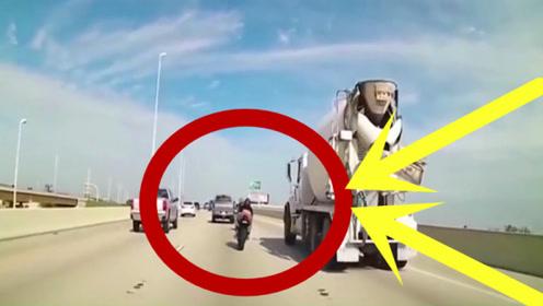 两摩托车高架桥上飙车,一个失误直接摔下桥,视频拍下惊悚画面!