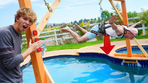 老外在泳池搭建未知绳索装置,选错就会掉水里?网友:全程紧张