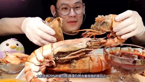 比手臂还粗的巨型虾,帅哥一口气吃了3只 ,皮都被吃完了