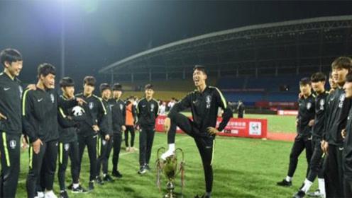韩国队为赢中国后踩奖杯做撒尿动作公开道歉,别天真的信了!